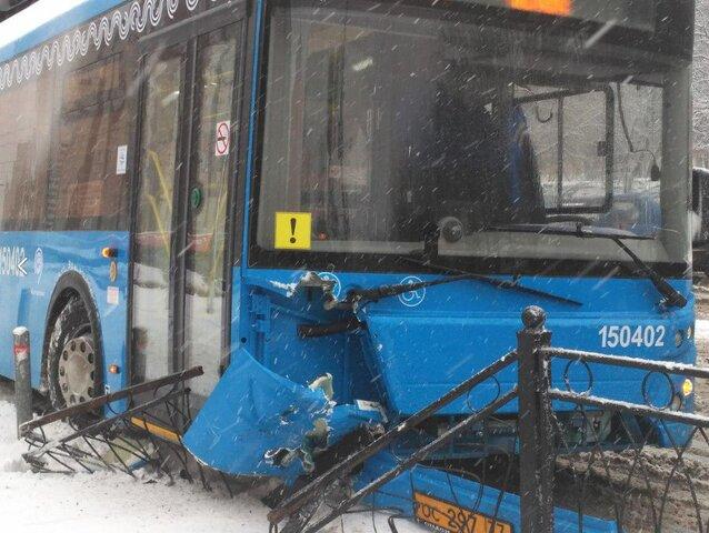 В столице рейсовый автобус наехал наограждение устанции метро «Сходненская»