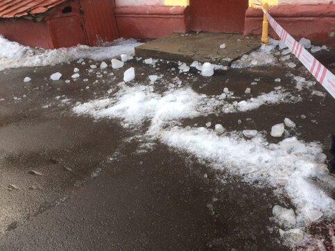 Женщина погибла отупавшей скрыши ледяной глыбы