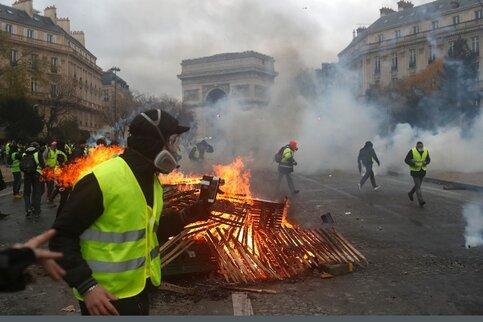 Встолице франции  вовремя протестов пострадали как минимум  110 человек