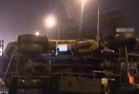 Бензовоз опрокинулся наЛенинградском шоссе, движение всторону центра затруднено